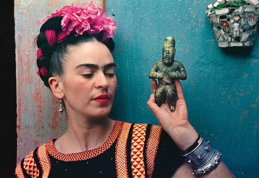 Nickolas Muray, Frida with Olmeca Figurine, Coyoacán, 1939.