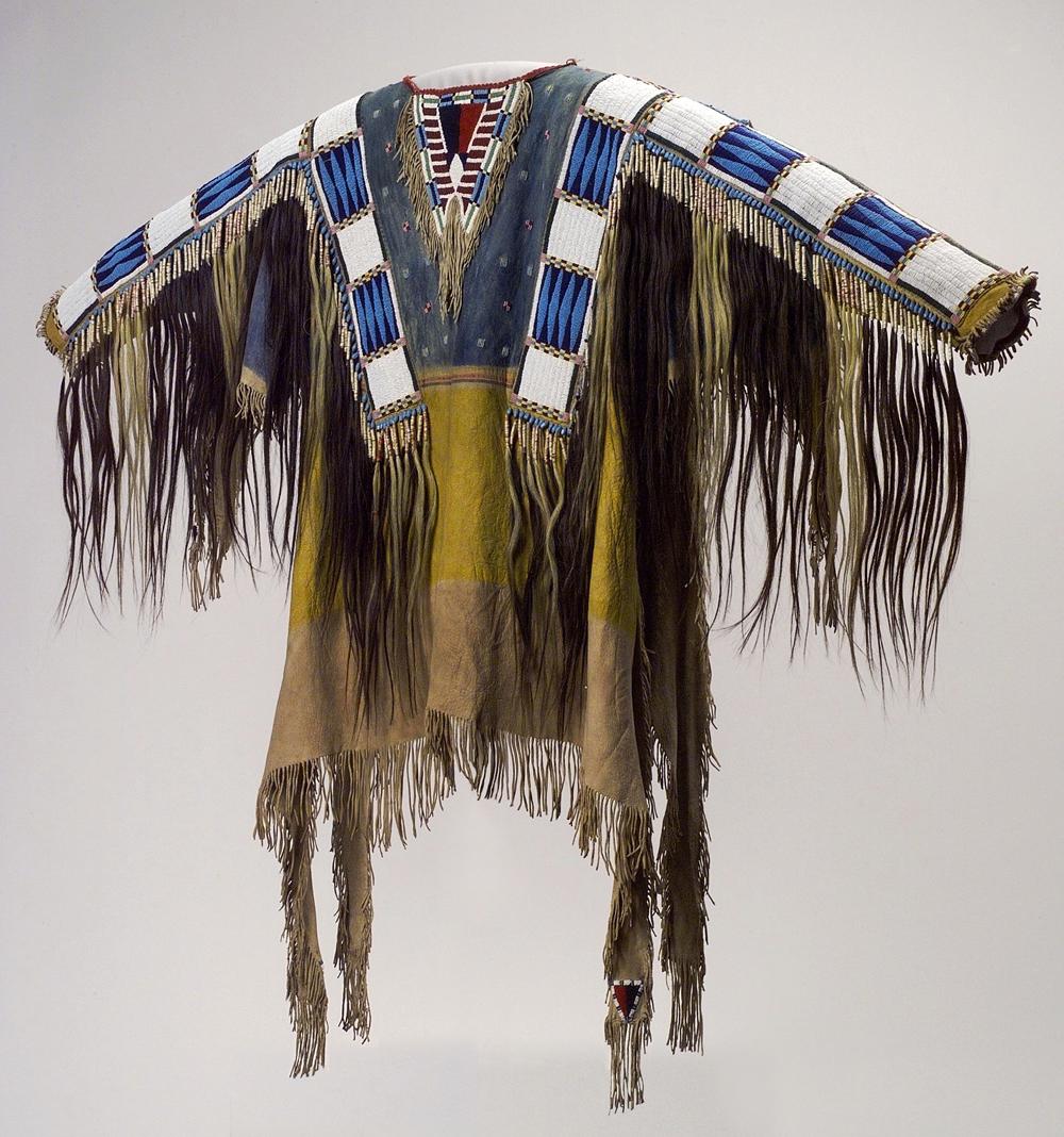 Man's Shirt, c. 1750 by Northern Plains artists, probably Arapaho or Gros Ventre. Native tanned leather, porcupine quills, pigment (81 x 53.6 cm). Paris (France), musée du quai Branly.